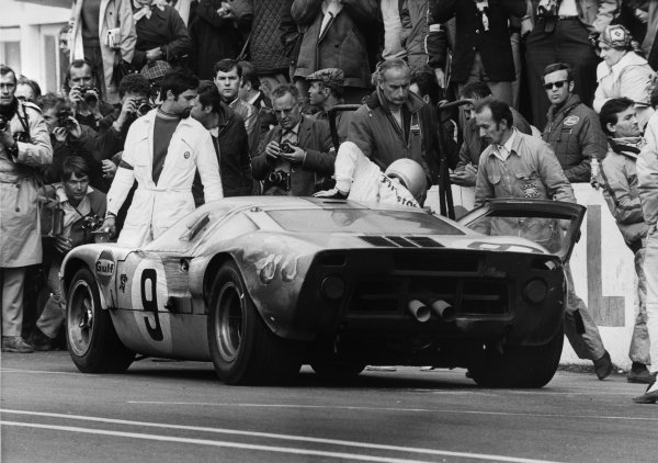 Le Mans, France. 28 - 29 September 1968 Pedro Rodriguez/Lucien Bianchi (Ford GT40), 1st position, pit stop and driver change, action. World Copyright: LAT Photographic Ref:  B/WPRINT.