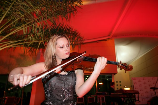 2006 Bahrain Grand Prix - Thursday PreviewBahrain International Circuit, Sakhir, Bahrain9th - 12th March.A violinist at the party.World Copyright: Charles Coates/LAT Photographicref: Digital Image ZK5Y5933.