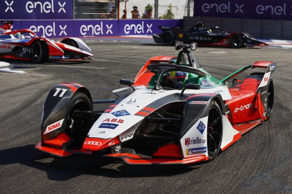 Lucas Di Grassi (BRA), Audi Sport ABT Schaeffler, Audi e-tron FE07, leads Oliver Rowland (GBR), Nissan e.Dams, Nissan IMO2, and Alex Lynn (GBR), Mahindra Racing, M7Electro
