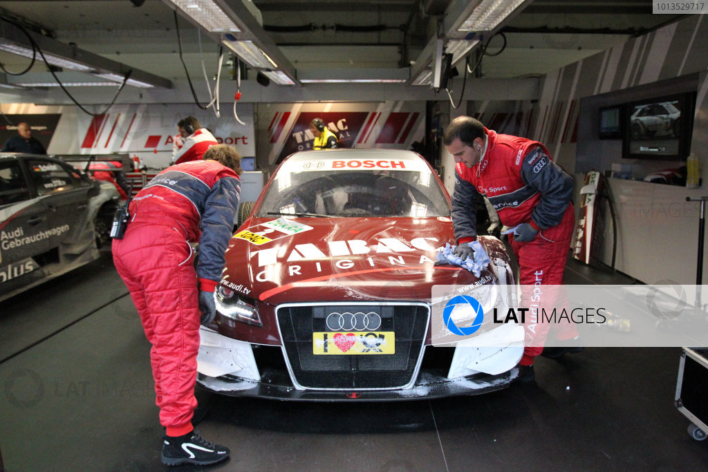 Mechanics clean the car of Oliver Jarvis (GBR), Audi Sport Team Abt, Tabac Original Audi A4 DTM (2009).DTM, Rd10, Adria International Raceway, Italy. 29-31 October 2010 World Copyright: LAT Photographicref: dne1031oc124