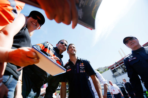 Monte Carlo, Monaco. Friday 22 May 2015. Daniel Ricciardo, Red Bull Racing meets his fans. World Copyright: Charles Coates/LAT Photographic. ref: Digital Image _J5R0784