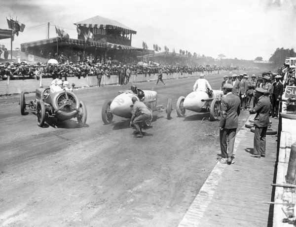 1921 French Grand Prix.  Le Mans, France. 25th July 1921.  Henry Segrave (Sunbeam) avoids Jimmy Murphy (number 12) and Andre Dubonnet (19, both Duesenberg) in the pits. Murphy finished in 1st position.  World Copyright: LAT Photographic Ref: Autocar Glass Plate 7254.