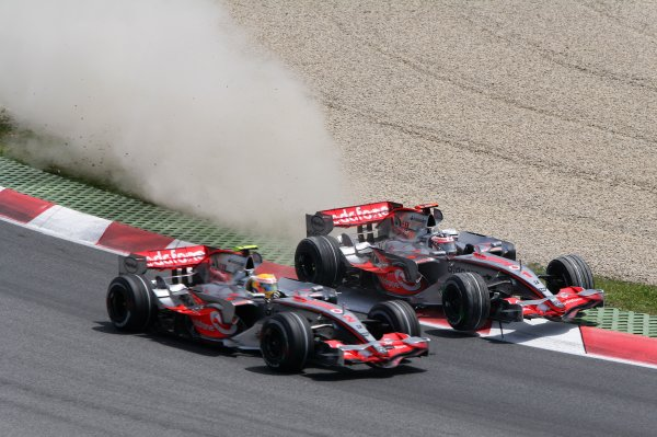 2007 Spanish Grand Prix Ð Sunday Sunday Race Circuit de Catalunya, Barcelona, Spain. 13th May 2007 Fernando Alonso, McLaren MP4-22 Mercedes, 3rd position, almost hits Lewis Hamilton, McLaren MP4-22 Mercedes, 2nd position, at the start, action. Starts. World Copyright: Steve Etherington/LAT ref: Digital Image WI2T5804.jpg