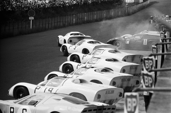 Jo Siffert / Hans Herrmann, Porsche 910/8, leads away from a host of sister cars led by Rolf Stommelen / Kurt Ahrens (#9).