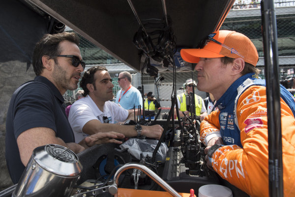 NASCAR driver Jimmie Johnson talks to Dario Franchitti and Scott Dixon, Chip Ganassi Racing Honda