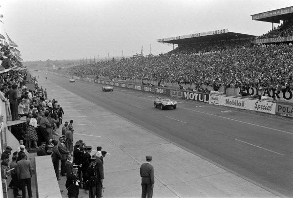 "Innes Ireland / Masten Gregory, Ecurie Ecosse, Jaguar D-type ""Modified""-Jaguar XK, leads Maurice Trintignant / Paul Frère, David Brown Racing, Aston Martin DBR1/300."