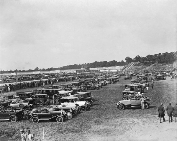 Brooklands, Great Britain. 7 August 1926. Crowds arrive for the first Grand Prix held on British soil. World Copyright: LAT Photographic Ref: Autocar Glass Plate A