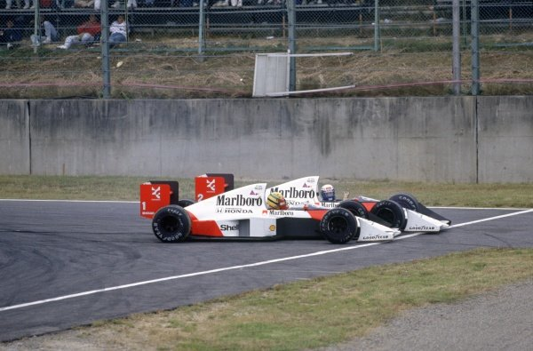 1989 Japanese Grand Prix.Suzuka, Japan. 22 October 1989.Alain Prost, McLaren MP4/5-Honda, retired, and Ayrton Senna, McLaren MP4/5-Honda, disqualified, crash at the chicane, accident, action.World Copyright: LAT PhotographicRef: 35mm transparency 89JAP02