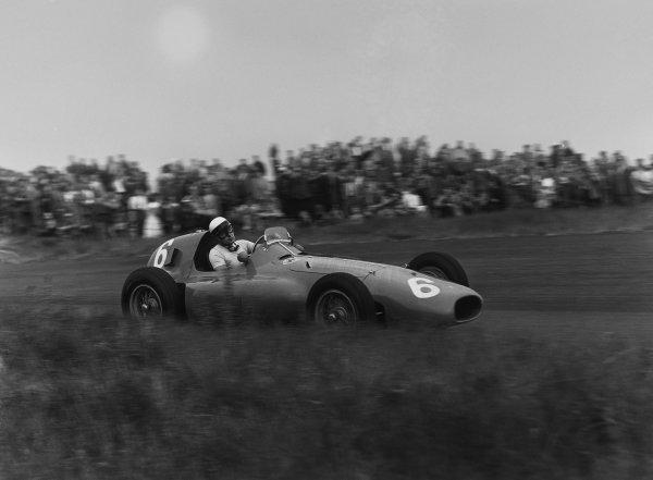 Zandvoort, Holland. 19th June 1955.Eugenio Castellotti (Ferrari 555 Supersqualo), 5th position, action. World Copyright: LAT Photographic.Ref:  B/W Print.