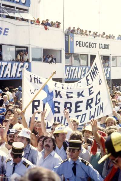 1982 Swiss Grand Prix.Dijon-Prenois, France. 29 August 1982.Fans celebrate the victory for Keke Rosberg, Williams FW08-Ford, 1st position, atmosphere.World Copyright: LAT PhotographicRef: 35mm transparency 82SWI04