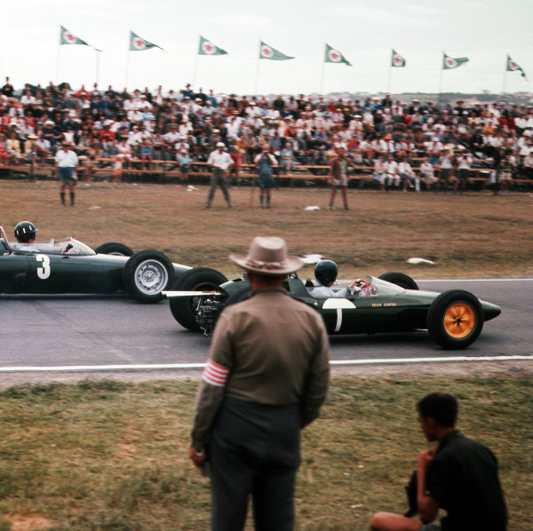 East London, South Africa.27-29 December 1962.Jim Clark (Lotus 25 Climax) leads Graham Hill (BRM P57) at the start. Hill finished in 1st position clinching the World Championship.Ref-3/0738.World Copyright - LAT Photographic