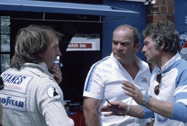 Jacques Laffite in conversation with Gérard Ducarouge and Guy Ligier.