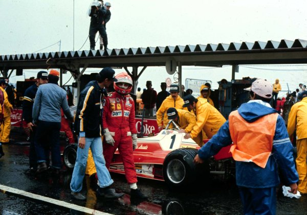 1976 Japanese Grand Prix.Fuji, Shizuoka, Japan.22-24 October 1976.Niki Lauda (Ferrari 312T2) withdraws from the race due to the conditions handing the World Championship to James Hunt.World Copyright - LAT Photographic