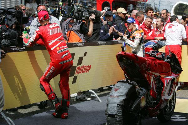TT Circuit Assen, Netherlands. 28th June 2008.MotoGP Race.MotoGP parc ferme Casey Stoner explains how he won the Dutch TT.World Copyright: Martin Heath / LAT Photographicref: Digital Image Only