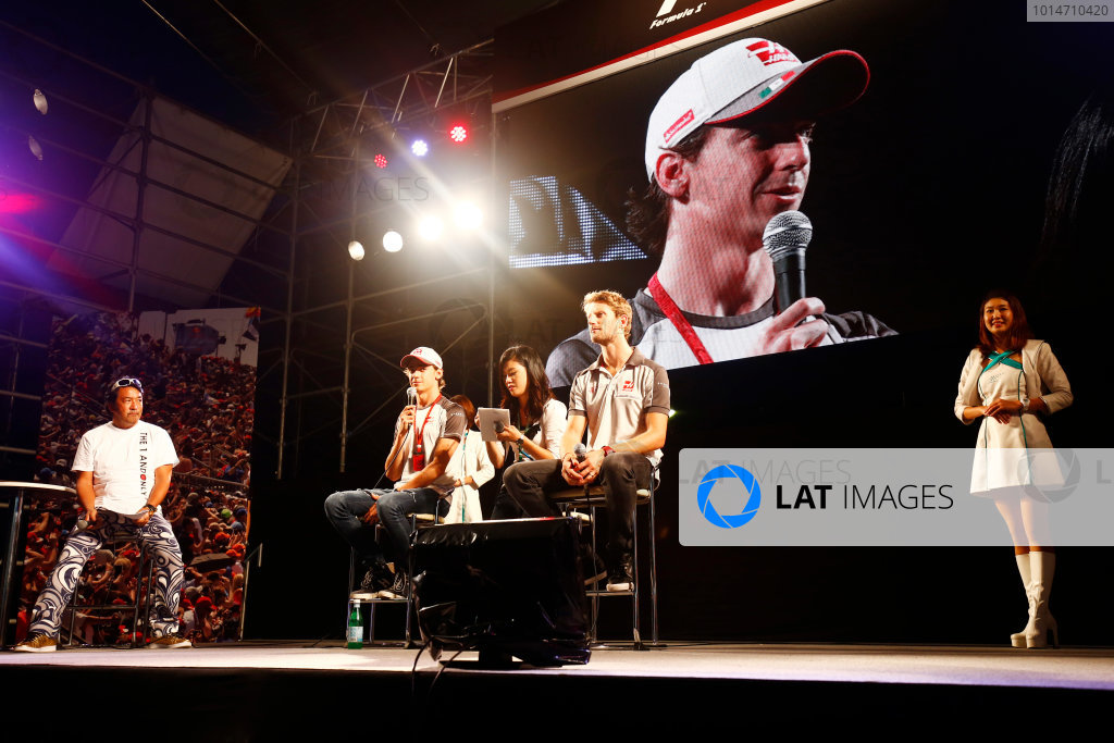 Suzuka Circuit, Japan. Saturday 08 October 2016. Esteban Gutierrez, Haas F1, and Romain Grosjean, Haas F1, at a fan event. World Copyright: Andy Hone/LAT Photographic ref: Digital Image _ONZ4784
