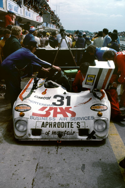 Le Mans, France. 11th - 12th June 1977.Ian Harrower/Martin Birrane/Ernst Berg/Richard Down (Lola T294S Ford), Not classified, pit stop action.World Copyright: LAT Photographic.Ref:  77LM