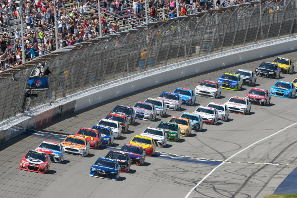 Monster Energy NASCAR Cup Series FireKeepers Casino 400 Michigan International Speedway, Brooklyn, MI USA Sunday 18 June 2017 Kyle Larson, Chip Ganassi Racing, Cars 3 Target Chevrolet SS leads Martin Truex Jr, Furniture Row Racing, Auto-Owners Insurance Toyota Camry, Kyle Busch, Joe Gibbs Racing, M&M's Red, White & Blue Toyota Camry and the rest of the field to the green flag World Copyright: Logan Whitton LAT Images