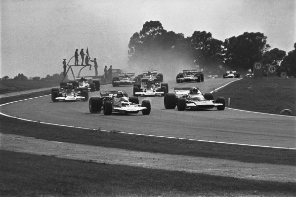 1971 Non Championship Race. 1971 Argentinian Grand Prix.  Buenos Aires, Argentina. 22nd - 24th January 1971. Rolf Stommelen (Surtees TS7 - Cosworth), 1st position, leads Chris Amon (Matra MS120 - Cosworth}, 4th position, at the start, action.  World Copyright: LAT Photographic.  Ref:  3480 - 5.