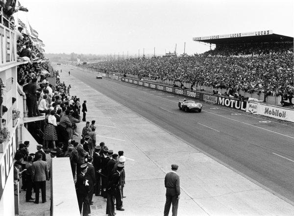 Le Mans, France. 20 - 21 June 1959.Stirling Moss/Jack Fairman (Aston Martin DBR1), retired, action. World Copyright: LAT Photographic.Ref: 8317B - 27 Motor.