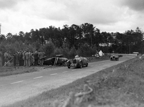 Gaston Duval / Jean Treunet, B.N.C., leads Jacques Savoye / Guy Lapchin, Singer Nine Le Mans, past the crashed Jean Sébilleau / Georges Delaroche, Riley, Riley MPH.