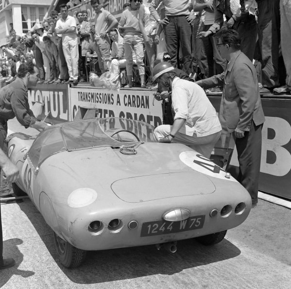 Paul Armagnac / Gérard Laureau, Automobiles Deutsch et Bonnet, D.B. HBR 4 - Panhard (702 S), makes a pitstop.