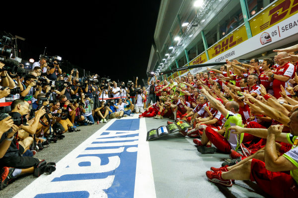 Marina Bay Circuit, Singapore. Sunday 20 September 2015. Sebastian Vettel, Ferrari, 1st Position, Kimi Raikkonen, Ferrari, 3rd Position, and the Ferrari team celebrate a double podium result. World Copyright: Alastair Staley/LAT Photographic ref: Digital Image _R6T7552