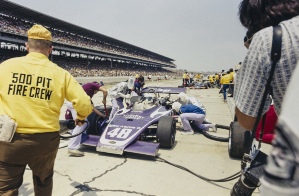 Jerry Grant, Oscar Olson, Eagle Offenhauser, makes a pitstop.
