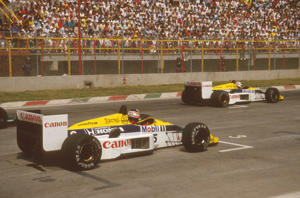 Mexico City, Mexico.10-12 October 1986.Nelson Piquet leads away fom teammate Nigel Mansell (both Williams FW11 Honda's) at the start.Ref-86 MEX 10.World Copyright - LAT Photographic