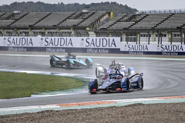 Nick Cassidy (NZL), Envision Virgin Racing, Audi e-tron FE07, leads Jake Dennis (GBR), BMW I Andretti Motorsport, BMW iFE.21, and Sam Bird (GBR), Jaguar Racing, Jaguar I-TYPE 5