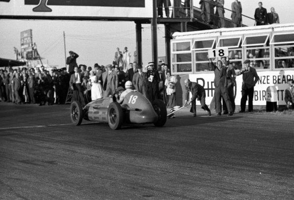 1948 British Grand Prix.Silverstone, Great Britain.2 October 1948.Luigi Villoresi (Maserati 4CLT/48), 1st position, crosses the finish line.World - LAT Photographic