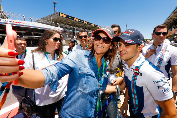 Interlagos, Sao Paulo, Brazil. Sunday 12 November 2017. Felipe Massa, Williams Martini Racing, poses for a picture with a fan. World Copyright: Glenn Dunbar/LAT Images  ref: Digital Image _X4I2691