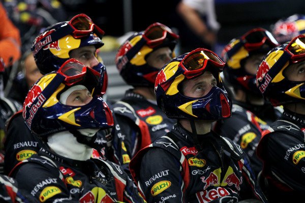 Marina Bay Circuit, Singapore23rd September 2012The Red Bull pit crew watch the monitors.World Copyright: Andy Hone/LAT Photographicref: Digital Image HONY9406