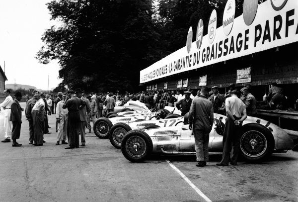 1938 Swiss Grand Prix.  Bremgarten, Berne, Switzerland. 21 August 1938.  The works Mercedes-Benz W154 team in the pits.  Ref: RF38_SWI_13. World Copyright: Robert Fellowes/LAT Photographic