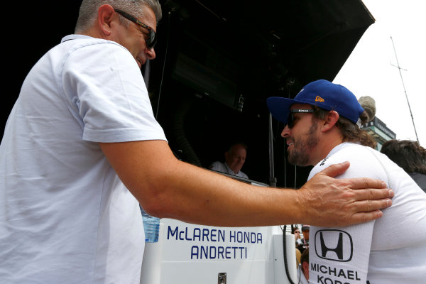Verizon IndyCar Series Indianapolis 500 Practice Indianapolis Motor Speedway, Indianapolis, IN USA Wednesday 17 May 2017 Fernando Alonso, McLaren-Honda-Andretti Honda, Gil de Ferran World Copyright: Phillip Abbott LAT Images ref: Digital Image abbott_indyP_0517_14144