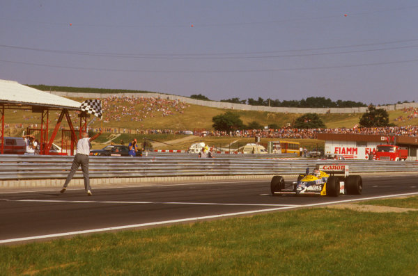 Hungaroring, Budapest, Hungary.7-9 August 1987.Nelson Piquet (Williams FW11B Honda) takes the chequered flag for victory.Ref-87 HUN 08.World Copyright - LAT Photographic
