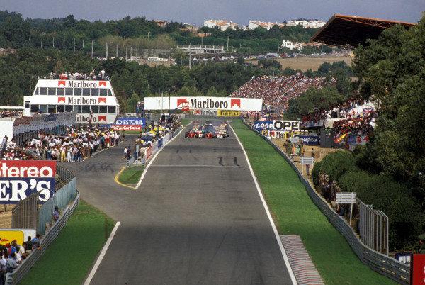 Alain Prost, Ferrari 641/2, and Nigel Mansell, Ferrari 641/2, lead the field away at the start of the race.