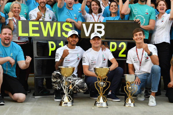 Race winner Lewis Hamilton, Mercedes AMG F1 cewl with Valtteri Bottas, Mercedes AMG F1 and George Russell, Mercedes AMG F1 and the team