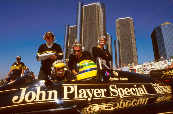 Detroit, Michigan, U.S.A. 20-22 June 1986. Ayrton Senna (Lotus 98T Renault) 1st position. He discusses things with Steve Hallam, Gerard Ducarouge and Peter Warr. Ref-86 USA 08. World Copyright - LAT Photographic