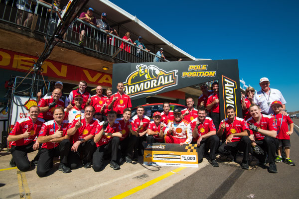 2017 Supercars Championship Round 6.  Darwin Triple Crown, Hidden Valley Raceway, Northern Territory, Australia. Friday June 16th to Sunday June 18th 2017. Ludo Lacroix engineering director at Shell V-Power Racing Team, Scott McLaughlin driver of the #17 Shell V-Power Racing Team Ford Falcon FGX. World Copyright: Daniel Kalisz/LAT Images Ref: Digital Image 180617_VASCR6_DKIMG_4503.jpg