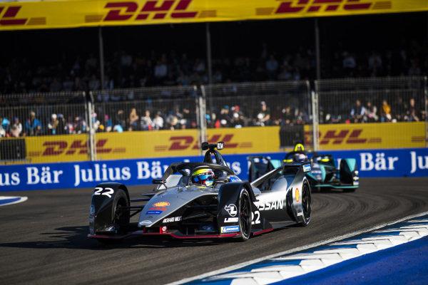 Oliver Rowland (GBR), Nissan e.Dams, Nissan IMO1, leads Nelson Piquet Jr. (BRA), Panasonic Jaguar Racing, Jaguar I-Type 3