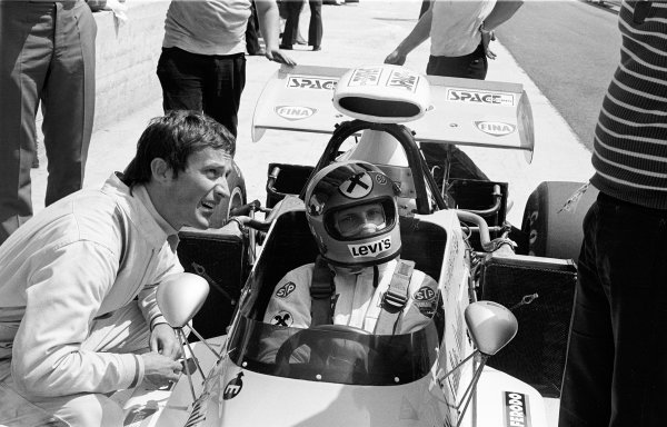 1972 Italian Grand Prix.Monza, Italy. 10 September 1972.Robin Herd of March Engineering chats to Niki Lauda, who is seated in his March 721 Ford in the pits. Ref-72 4585/5A.World Copyright - LAT Photographic