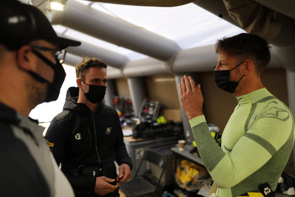 Jenson Button (GBR), JBXE Extreme-E Team, chats with members of his team