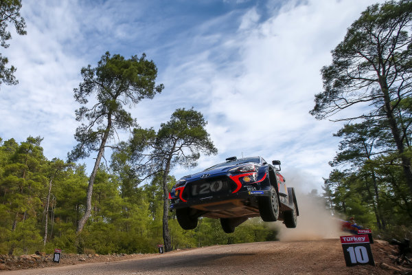 Thierry Neuville, Hyundai Motorsport, Hyundai i20 Coupé WRC 2018, fights to keep his lead in the WRC Drivers' Championship