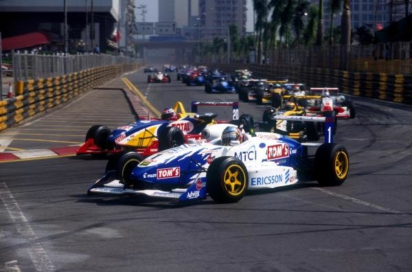 Darren Manning (GBR) leads at the start and wins both races