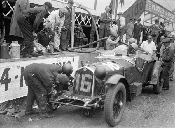 Earl Howe / Henry Birkin, Lord E. Howe, Alfa Romeo 8C 2300 LM, makes a pit stop.