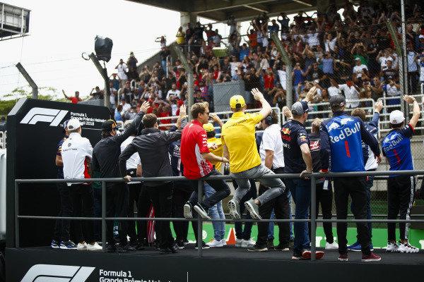 Drivers on the parade wave to fans. L-R: Daniel Ricciardo, Red Bull Racing, Marcus Ericsson, Sauber, Fernando Alonso, McLaren, Stoffel Vandoorne, McLaren, Sebastian Vettel, Ferrari, Nico Hulkenberg, Renault Sport F1 Team, Max Verstappen, Red Bull Racing, Brendon Hartley, Toro Rosso, and Pierre Gasly, Toro Rosso.