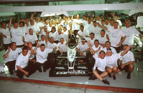 Sepang, Kuala Lumpur, Malaysia.20-22 October 2000.Ralf Schumacher, Jenson Button and the Williams BMW team celebrate their third position in the constructors championship.Ref-35mm A19.World Copyright - Tee/LAT Photographic