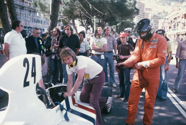 Monte Carlo, Monaco. 23rd - 26th May 1974. James Hunt (Hesketh 308-Ford), retired, in the pit lane with Beaky Sims and Lord Hesketh, portrait.  World Copyright: LAT Photographic. Ref: 74 MON 45.