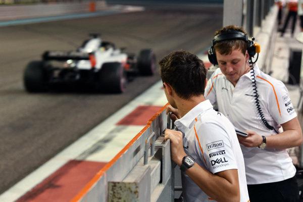 Lando Norris, McLaren watches Louis Deletraz, Haas VF-18