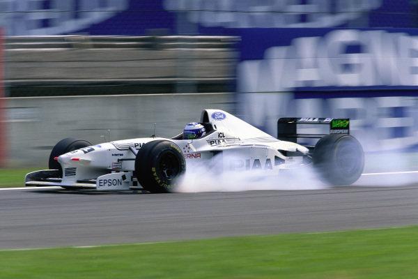 Mika Salo, Tyrrell 025 Ford, locks his inside front brake.